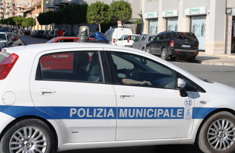 Scontro tra un'auto e uno scooter in via Favara, ferita una donna