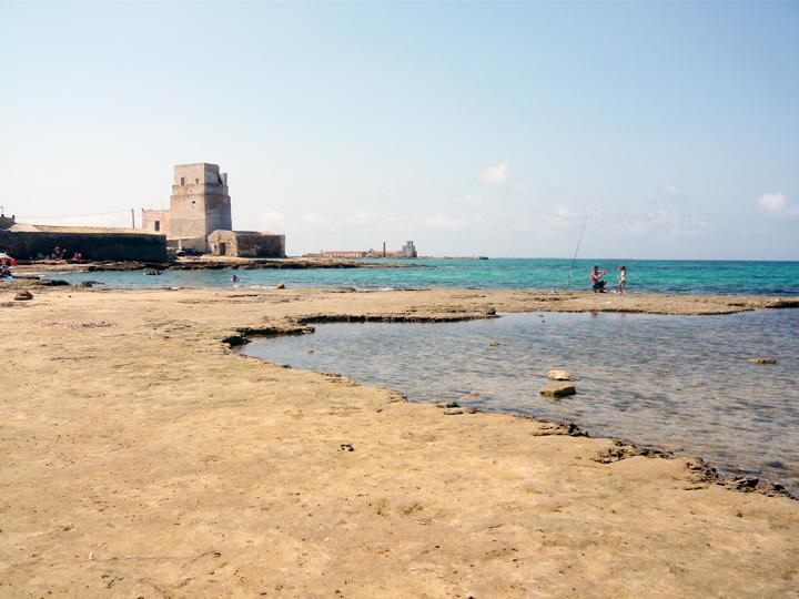 Spiaggia Torre San Teodoro: ora che è libera, l'ombra del posteggiatore abusivo?