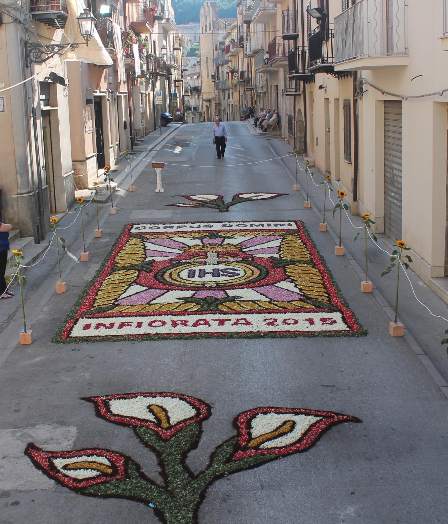 Domenica 29 maggio la solennità del Corpus Domini, a Calatafimi rivive la tradizione dell'infiorata