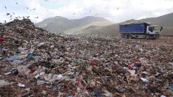 """Infiltrazioni mafiose, corruzione ed emergenza continua: il disastro dei rifiuti in Sicilia. M5S: """"Crocetta si dimetta"""". Il Pd invoca il commissariamento"""