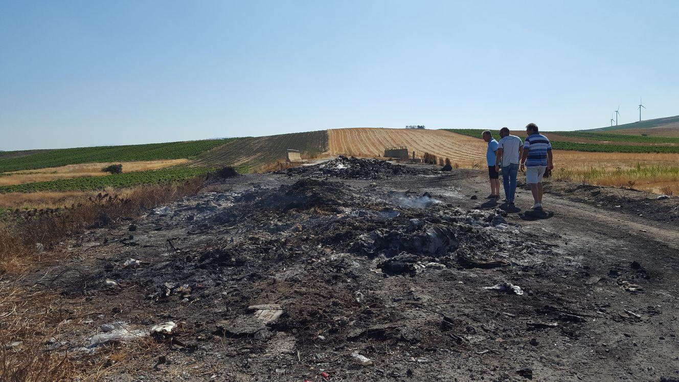 Rinazzo, bruciati rifiuti e scarti di mezzi a motore: la Polizia municipale indaga