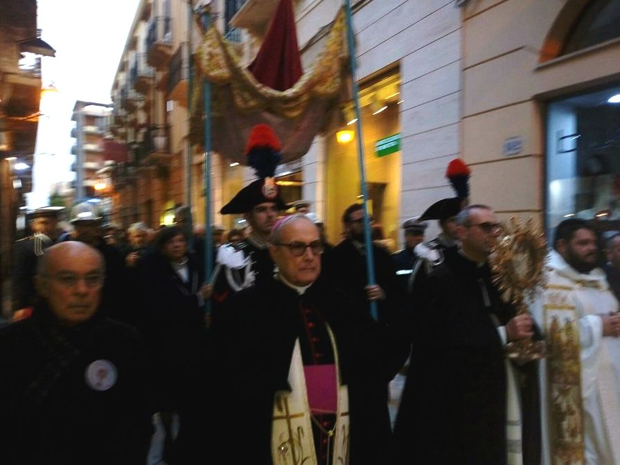 Processione della Madonna della Cava, molti i fedeli al seguito
