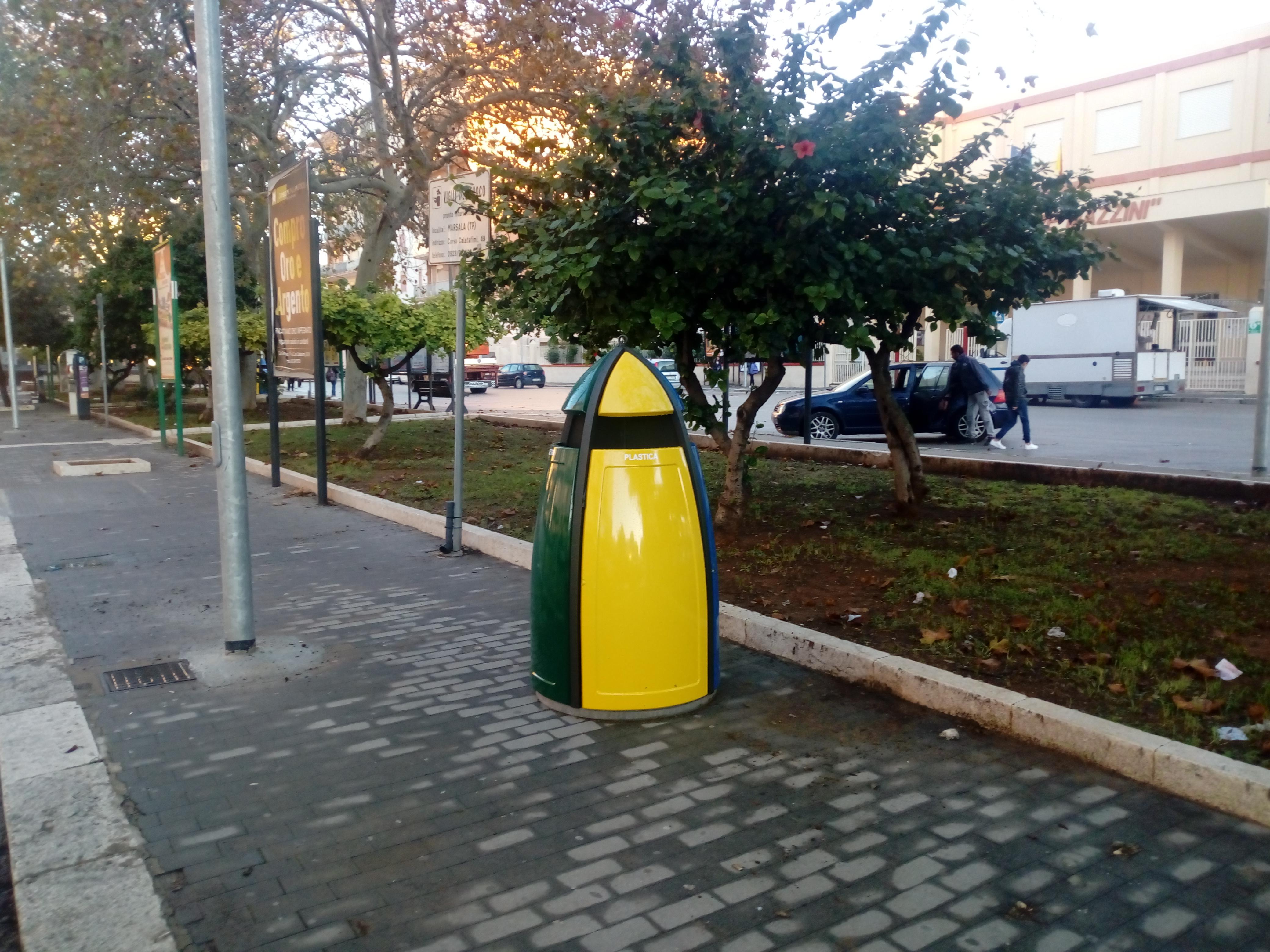 Marsala, collocati nuovi raccoglitori della spazzatura nel centro urbano
