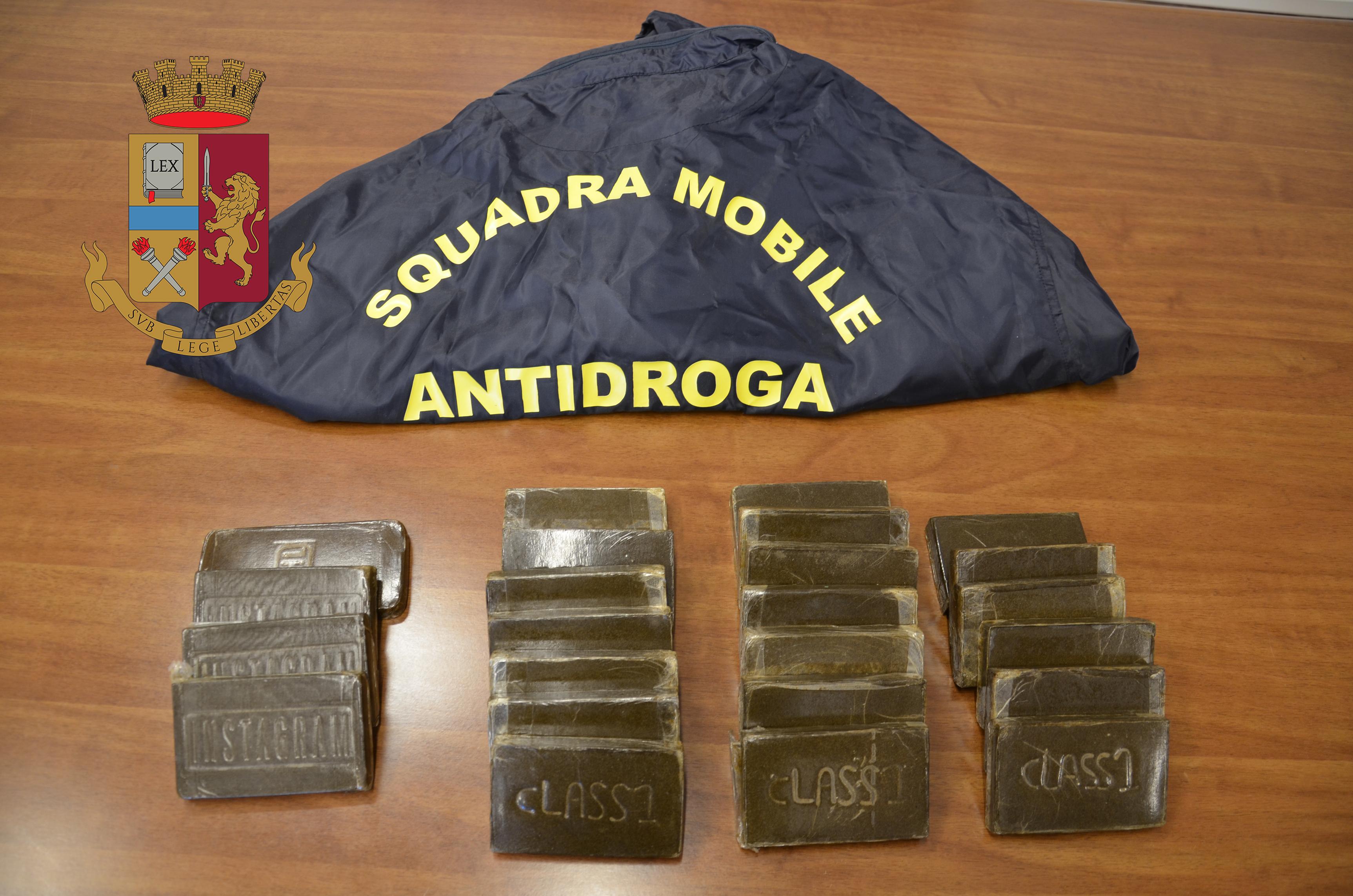 Trapani, sorpreso con oltre 2 Kg di droga, arrestato dalla polizia