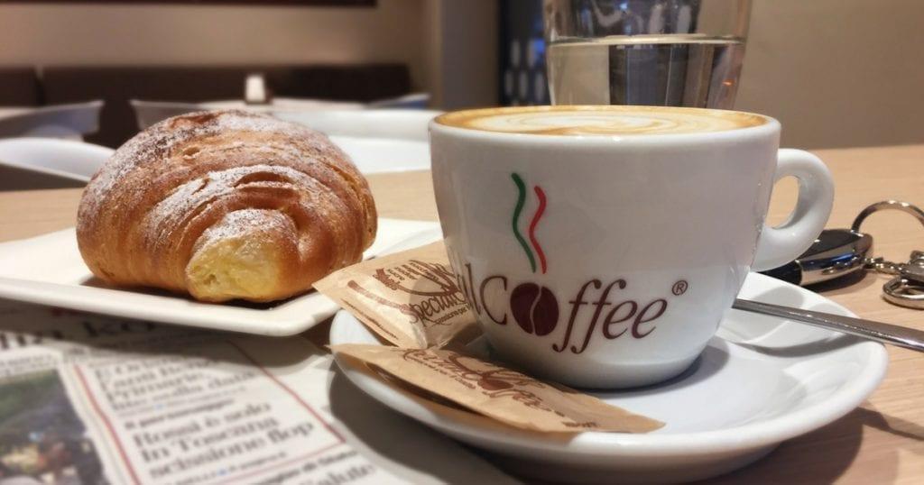 «Un caffè e un cornetto, grazie!»