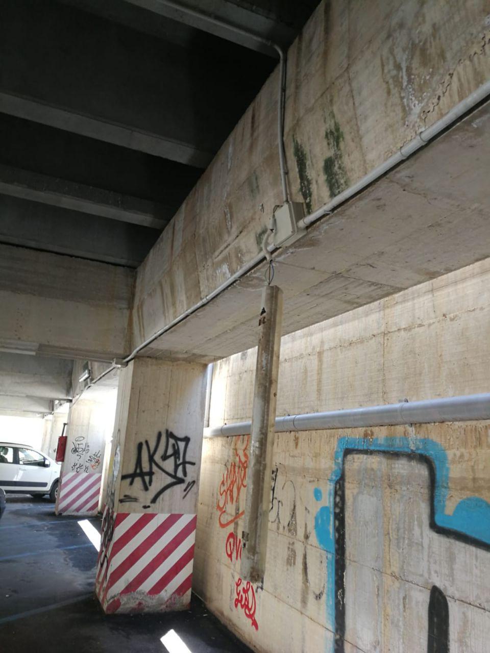 Marsala: plafoniere e cavi pericolanti al piano sottostante del parcheggio di via Omodei