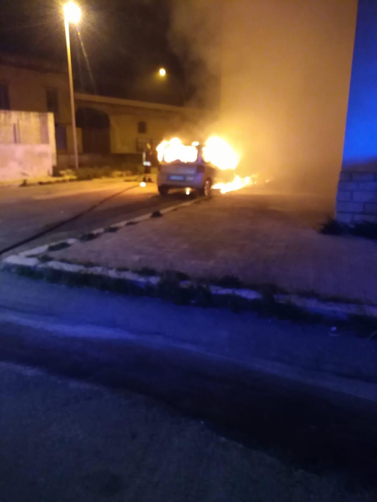 Quartiere di via Istria, nella notte a fuoco due vetture.