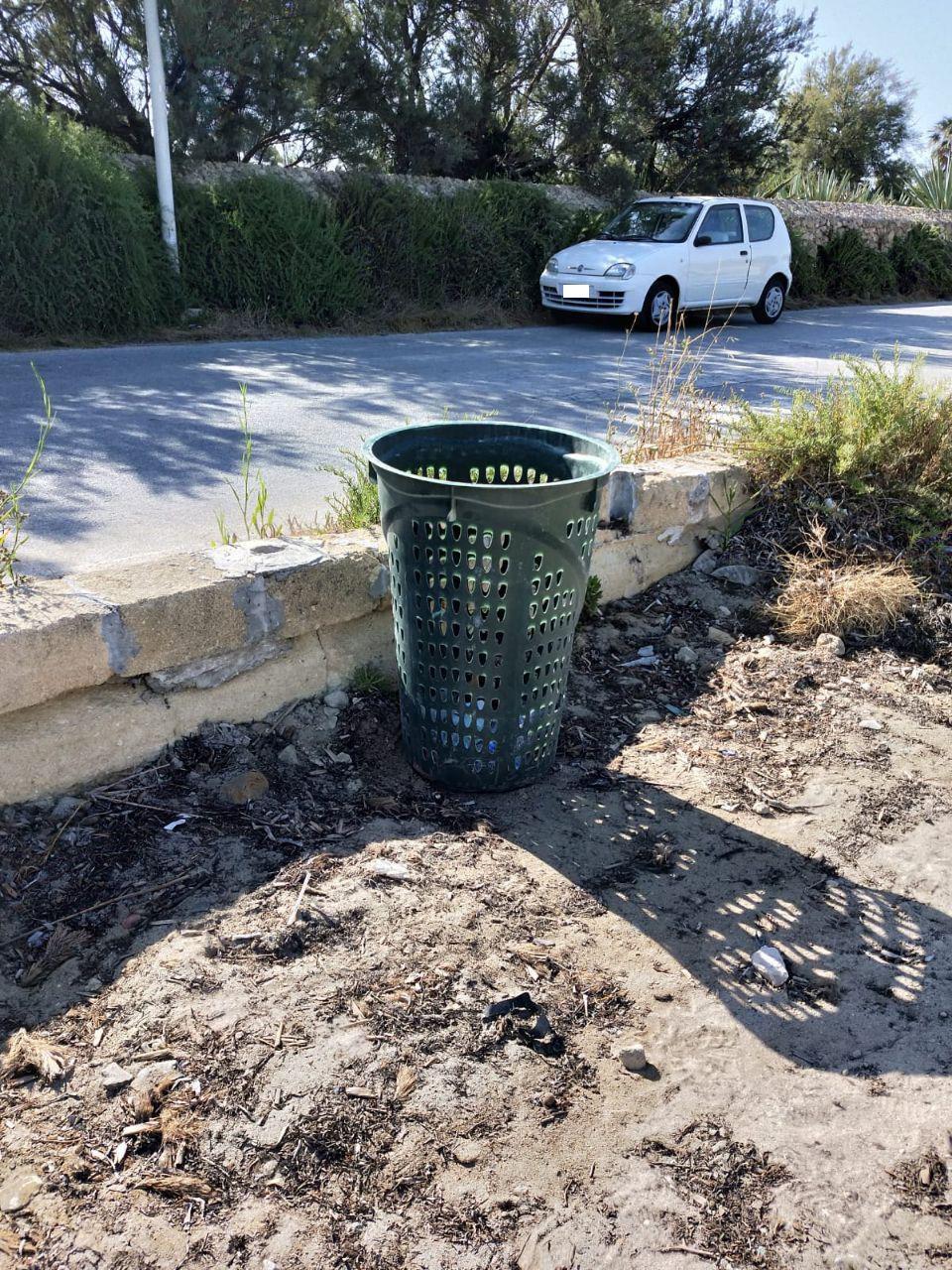 Un cestino per i rifiuti nella spiaggia di Villa Genna dopo la nostra segnalazione