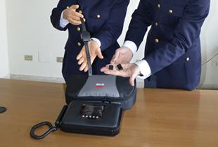 Disposta l'applicazione del braccialetto elettronico per due uomini: non potranno avvicinarsi alle compagne