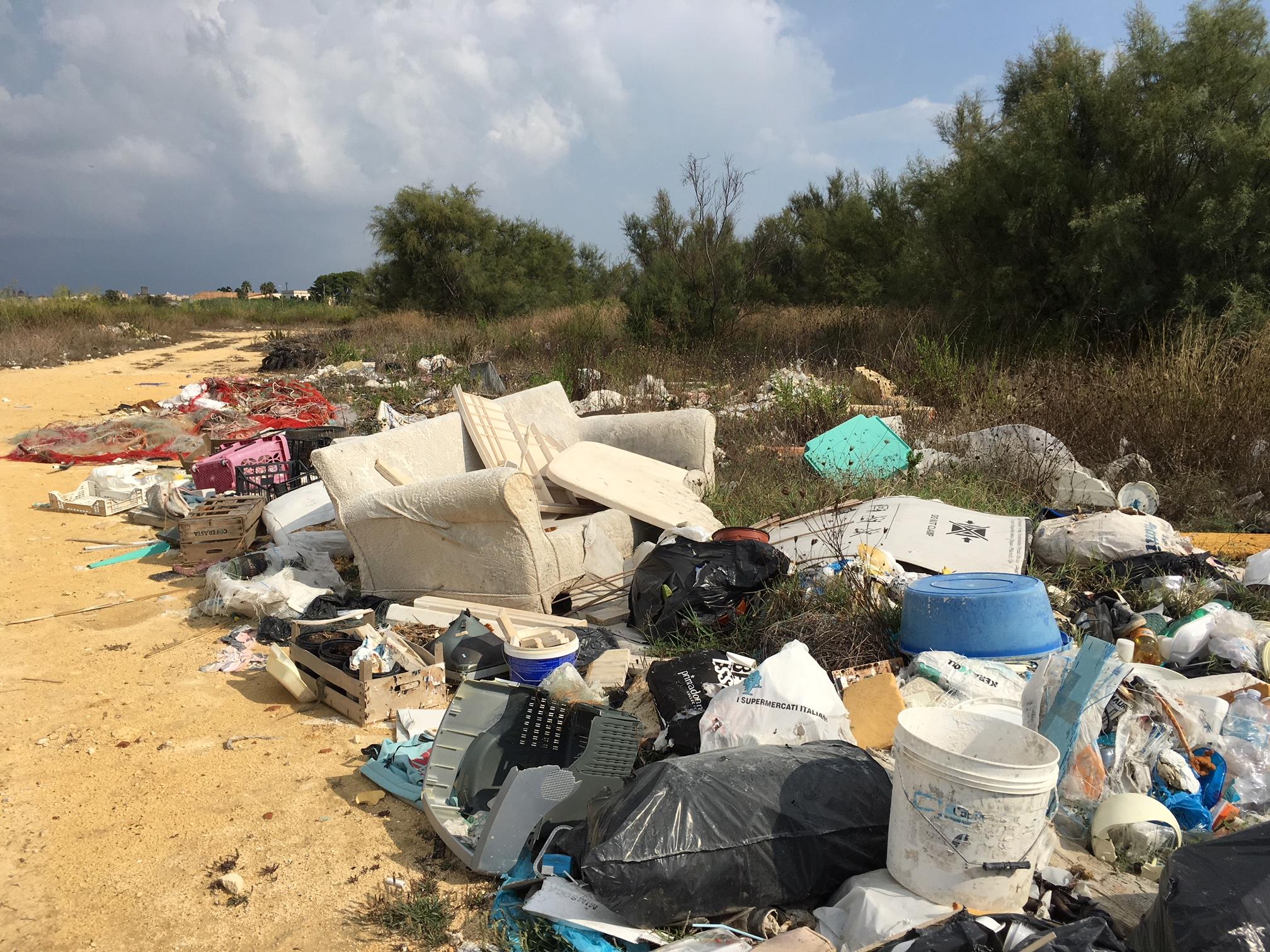 Il degrado della colmata di Casabianca: tra rifiuti e prostituzione, è ormai la discarica preferita dai marsalesi