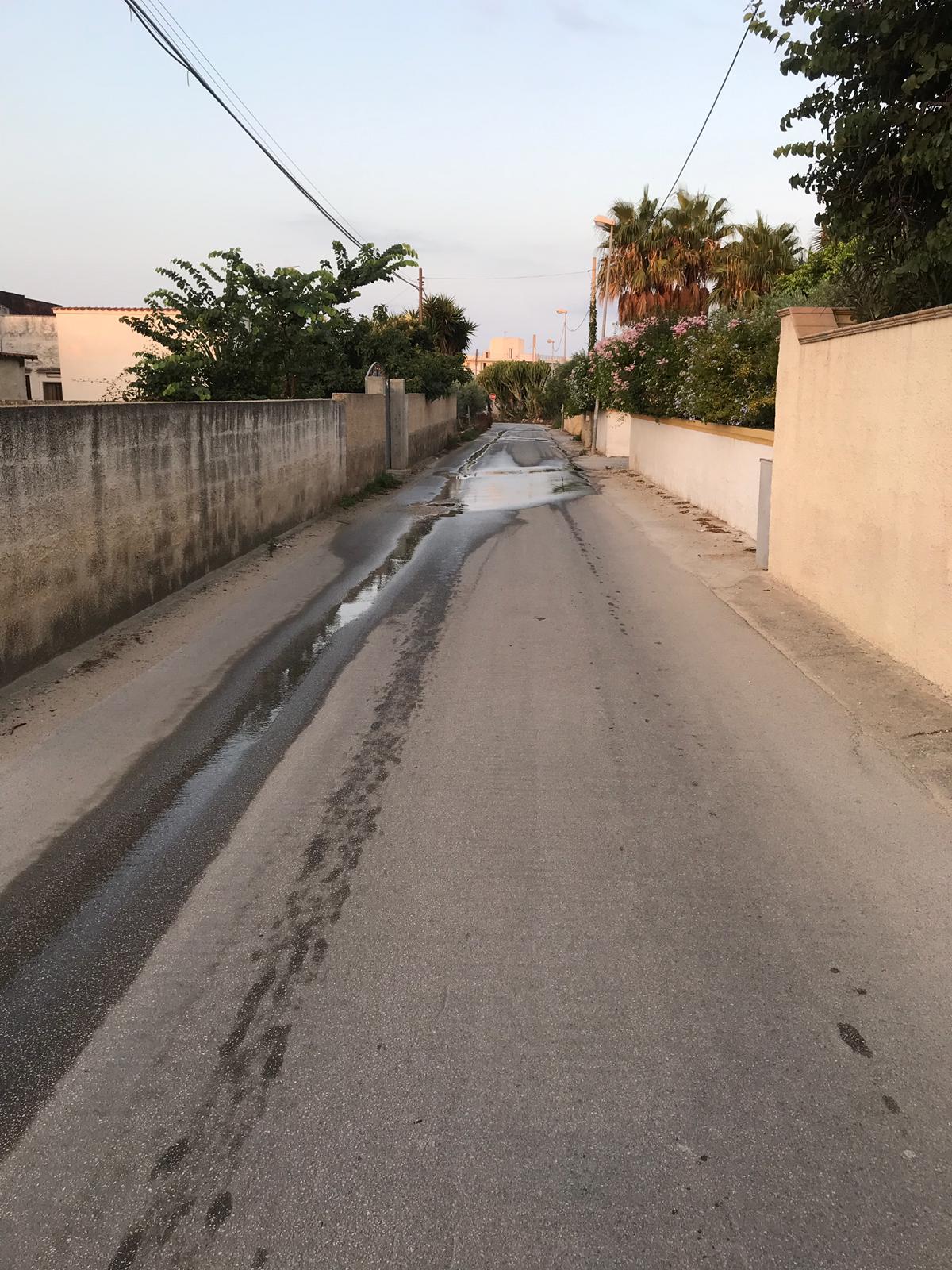 Perdita d'acqua in zona Fiumara del Sossio. Si verifica da oltre un mese