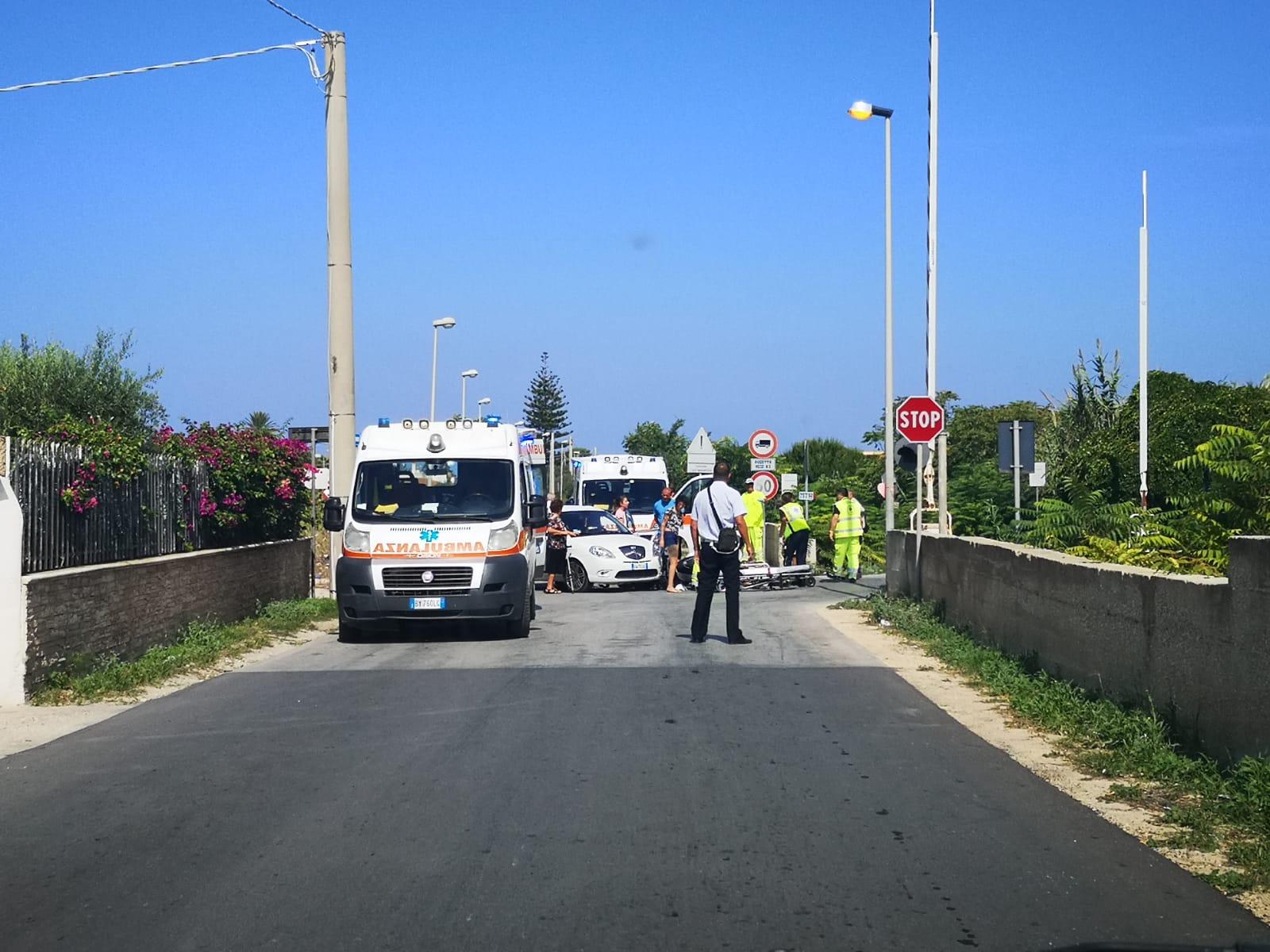 Incidente in via Vecchia Mazara, auto investe moto vicino al passaggio a livello
