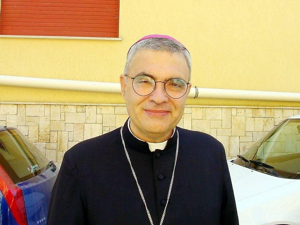 A giudizio l'ex Vescovo di Trapani Miccichè: è accusato di essersi impossessato dei fondi dell'8X1000