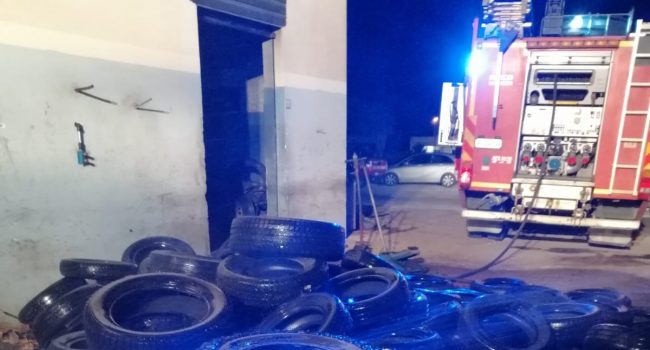 Va a fuoco un'officina a Strasatti, spiegamento di Vigili del Fuoco per domare le fiamme