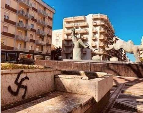Marsala: Piazza Inam si sveglia con una svastica… già cancellata dal Comune