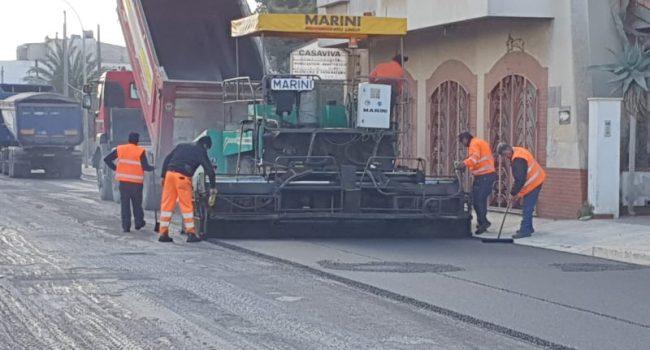 Si asfalta via Mazara, manto più resistente con gomme riciclate