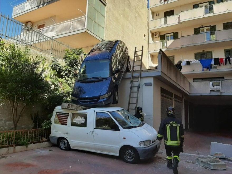 Auto sopra un furgone, non è un fotomontaggio, leggi la dinamica