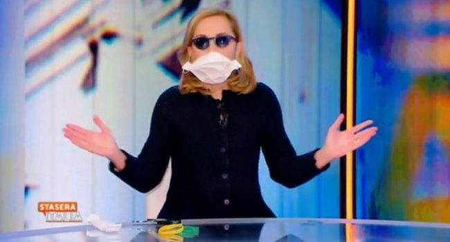 Coronavirus: il tutorial di Barbara Palombelli per realizzare una mascherina con la carta da forno