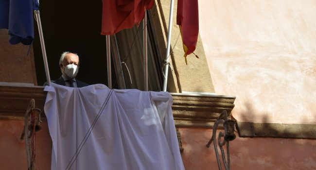 Un lenzuolo bianco esposto dal comune di Marsala in ricordo delle strage di Capaci