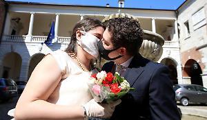 Sposi senza mascherine sull'altare