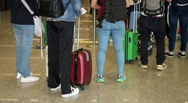 A bordo degli aerei si potranno portare solo borse e zaini. Stop a bagagli a mano