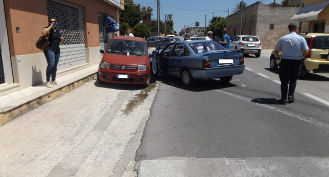 Marsala: tampona un'auto e poi finisce contro una vettura in sosta, due feriti