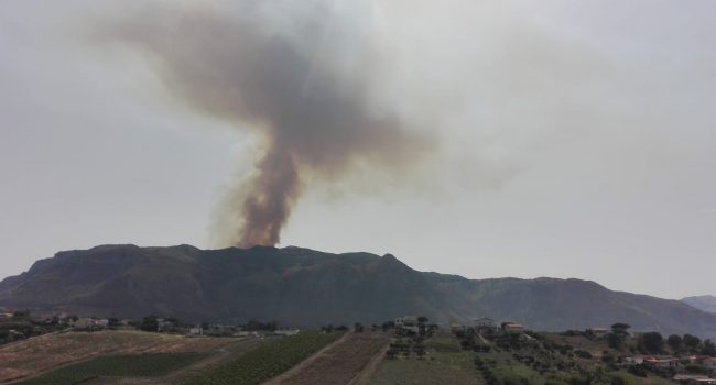 Montagna in fiamme sopra Castellammare