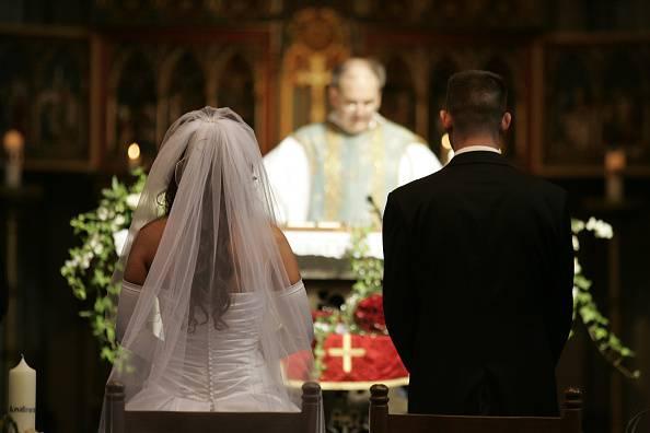 Nuovo decreto Mogavero: sposi senza mascherina, parroco senza guanti per l'ostia