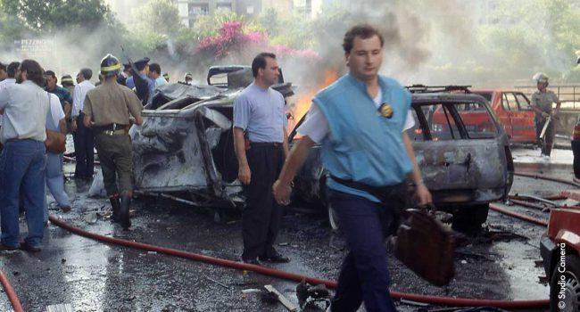 Strage Borsellino:«C'era puzza di bruciato, di cherosene, di morte. La foto al carabiniere con la borsa del magistrato l'ho fatta io». Intervista al fotoreporter Franco Lannino