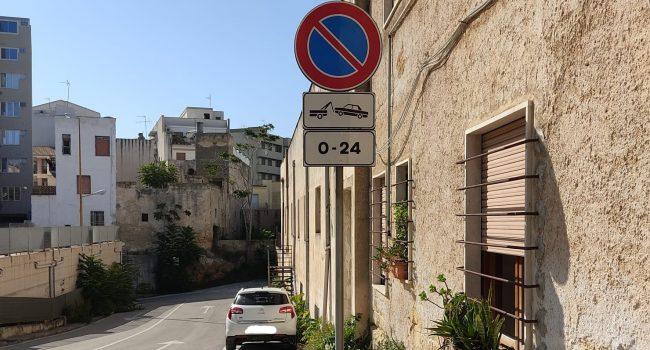 Parcheggio comunale: sistemato il divieto di sosta, la prossima settimana verranno potate le piante