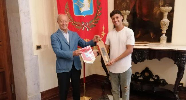 Marsala: il batterista Salvatore De Vita ricevuto dal sindaco: verso Sanremo con la band di William Prestigiacomo
