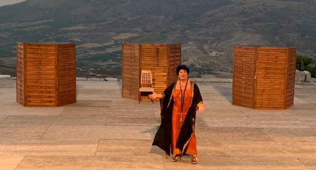 """Dee e donne a Segesta,dietro le quinte con Laurito e Scaletta: """"Lysistrata è l'essenza della femminilità, non perdiamola"""""""