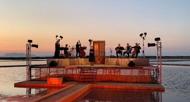 """'A Scurata"""" e l'universale dramma del ciclo dei vinti: Luana Rondinelli incanta all'Antica Salina Genna"""