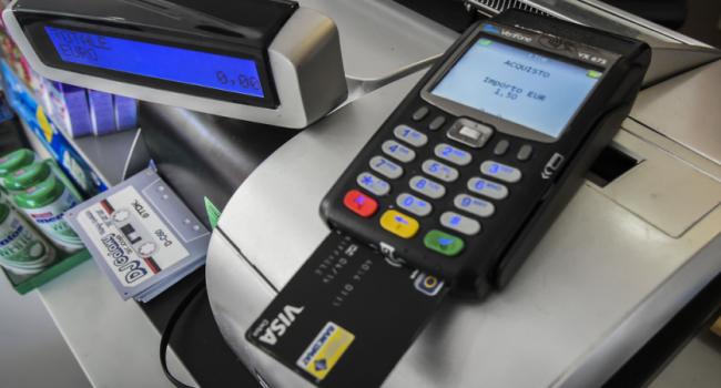 La proposta del governo per spingere i consumi: un bonus per chi paga con carta e bancomat