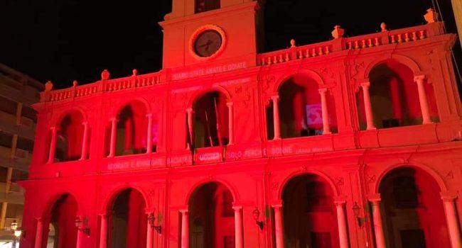 Marsala ricorda le donne vittime di violenza, Palazzo VII Aprile si tinge di rosso