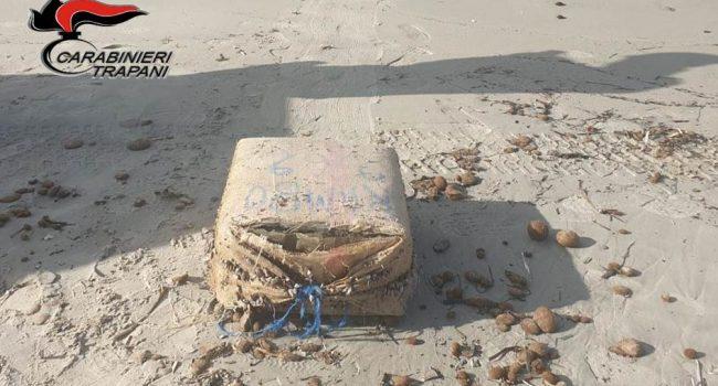 Marsala: ritrovato pacco pieno di hashish nella spiaggia di Birgi
