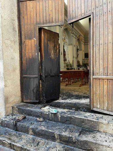 Incendiato il portone di una chiesa di Corleone, solidarietà di Musumeci