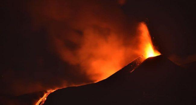 Aprile si apre con una nuova eruzione dell'Etna. Chiuso l'aeroporto di Catania