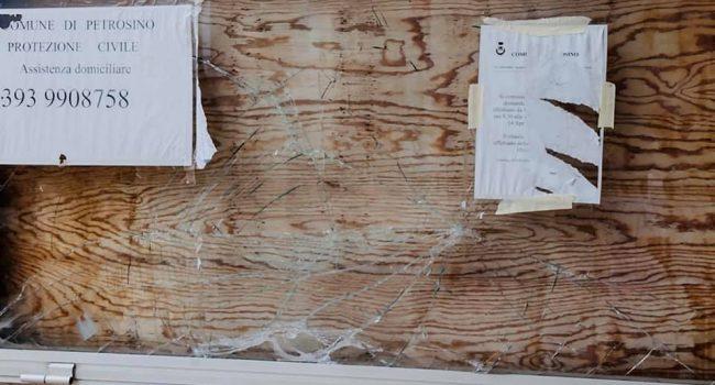 Petrosino: la bacheca del Municipio presa a sassate da ignoti