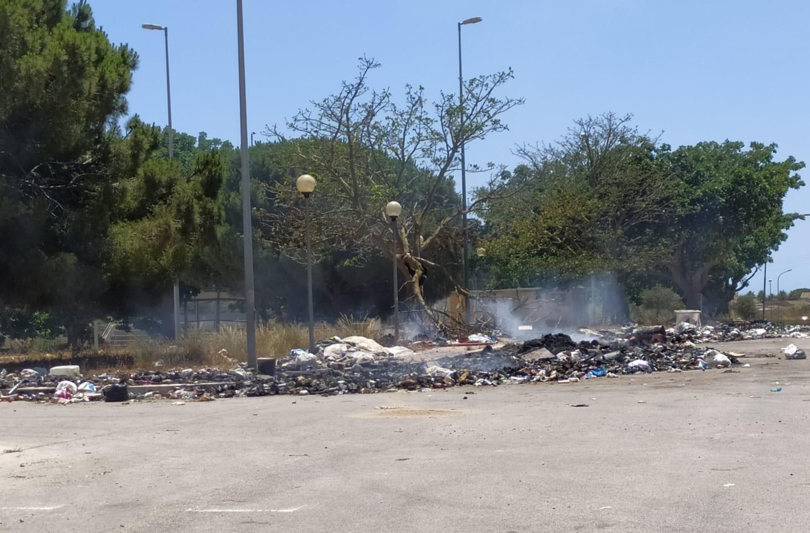 """Ancora rifiuti in fiamme ad Amabilina. Milazzo: """"Sulla differenziata non si torna indietro"""""""